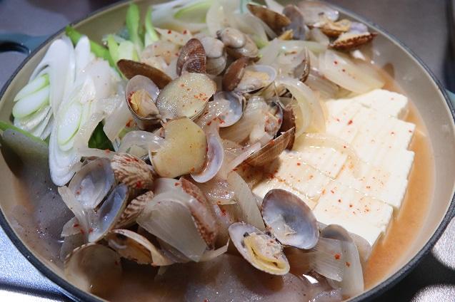 チゲ汁と具材の貝を入れ