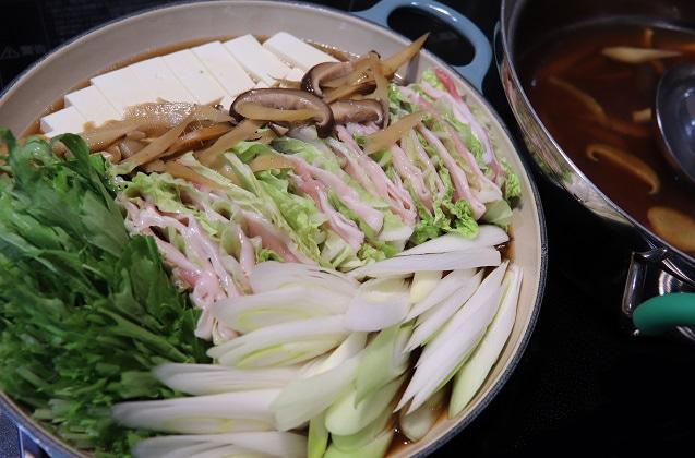 汁と具材を一緒にテーブルに出す鍋に5割の高さまで入れます