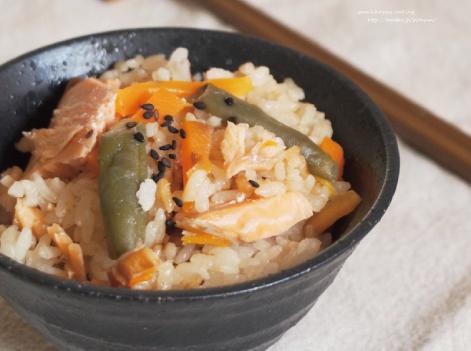 鮭と彩野菜で炊き込みご飯