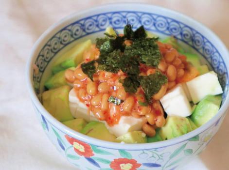 だしパックを使用したダイエットにも◎キムチ納豆のアボカド丼のレシピ画像