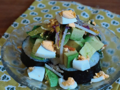 巻き寿司のアボカドサラダのせ
